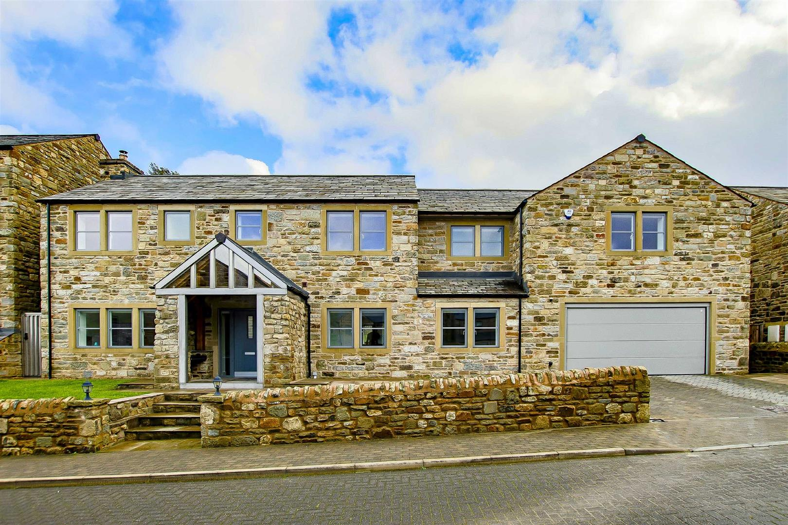 7 Bedroom Detached House For Sale - Main Image